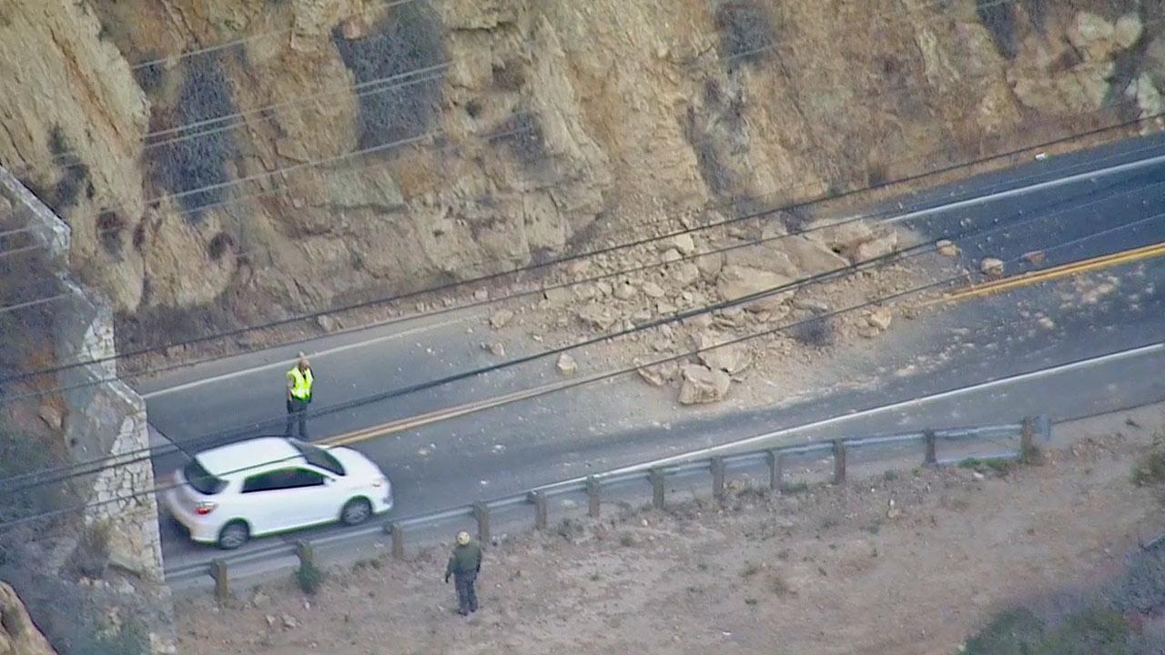 Malibu Rockslide causes the closure of a lane in PCH