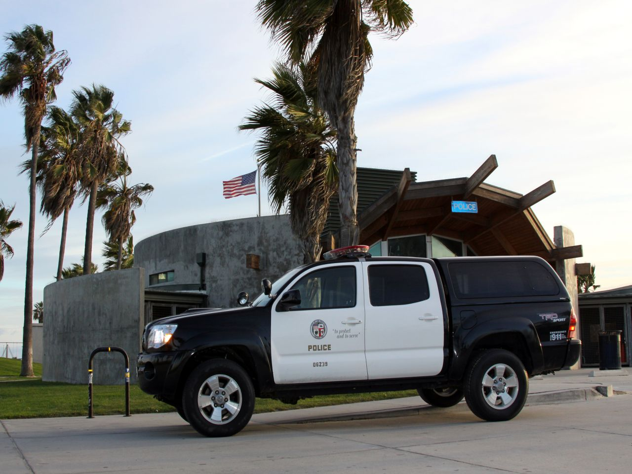 The bomb squad was called to Santa Monica Thursday morning to investigate a bomb threat in the 1500 block of Ocean Ave.