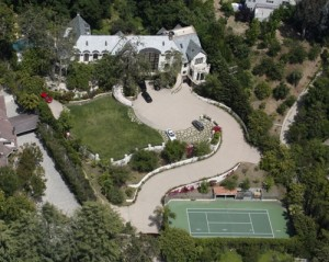 An overhead shot of Simmons' home on Benedict Canyon Drive. The LAPD detectives stated that the family was cooperative with the investigation.
